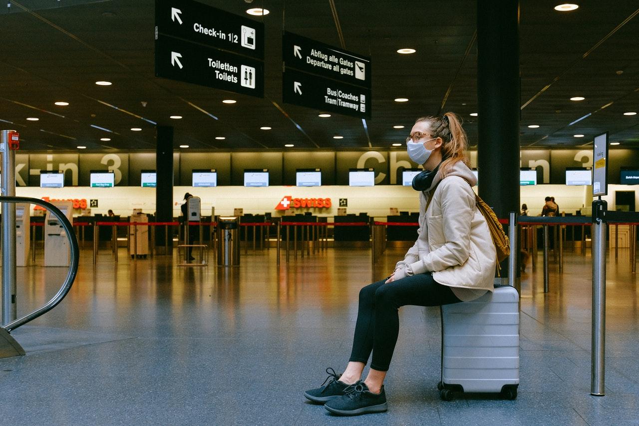 Dicas para viagens de férias: como se manter seguro durante o COVID-19 (Foto de Anna Shvets no Pexels)